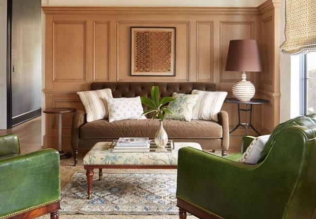 Мягкий диван и два широких кресла в гостиной зоне