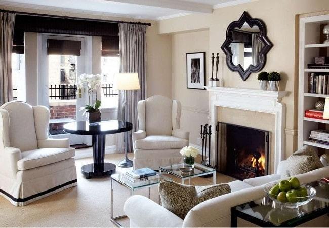 Светлая гостиная зона с камином в Американском стиле