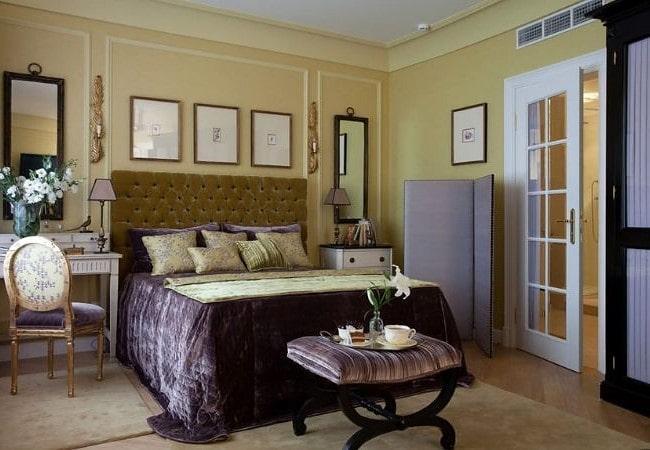 Уютная оливковая спальня в Американском стиле с тёмными сливовыми акцентами