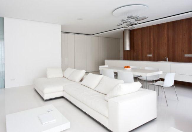 Объединённые гостиная и кухня в Белом стиле