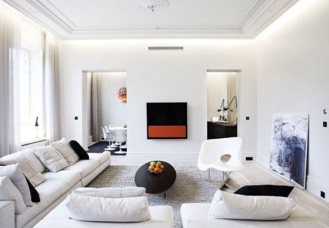 Светлая просторная гостиная с чёрными акцентами в текстиле и декоре