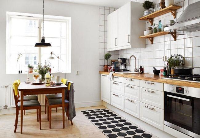 Тёплая белая кухня с акцентами из дерева