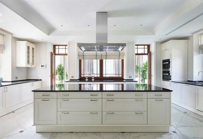 Современный дорогой ремонт кухни в стиле Хай-тек, большое помещение, кухонный островок по центру, уникальный белый деревянный гарнитур под заказ