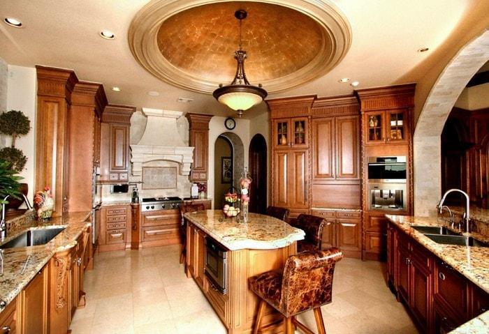 Классический дорогой ремонт кухни, оригинальный деревянный гарнитур на заказ, кухонный островок с оригинальными барными стульями