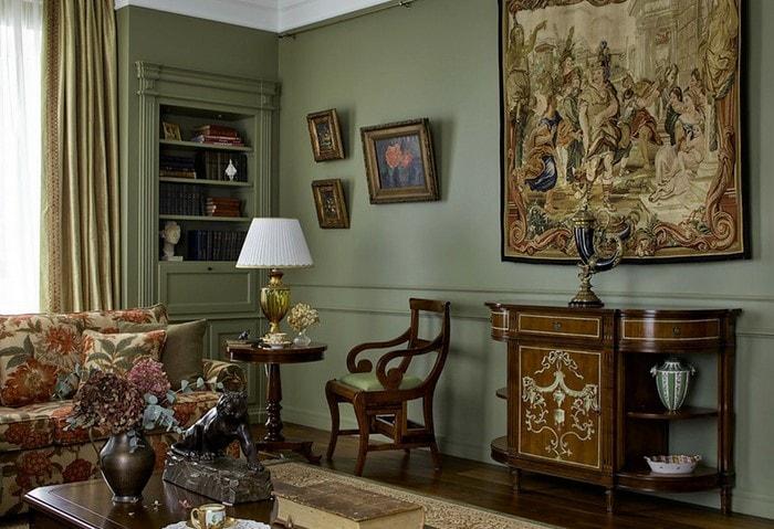 Классический дорогой ремонт комнаты зелёных цветах с акцентами из тёмного натурального дерева и картинами на стенах