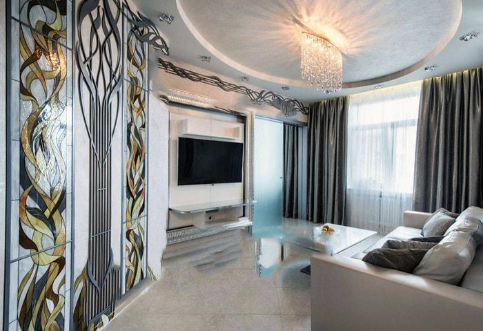 Современный дорогой ремонт в обычной квартире, светлые цвета, акценты при помощи цветного витража и кованых элементов