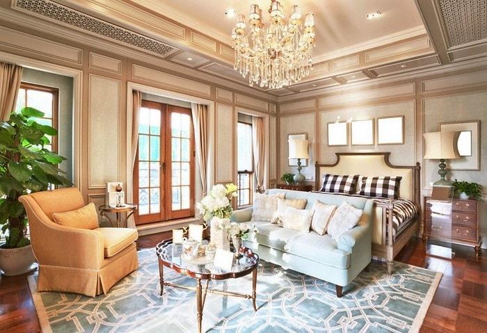 Дорогой ремонт спальной комнаты в классическом стиле, тёплые цвета с контрастными голубыми акцентами, элементы из натурального дерева