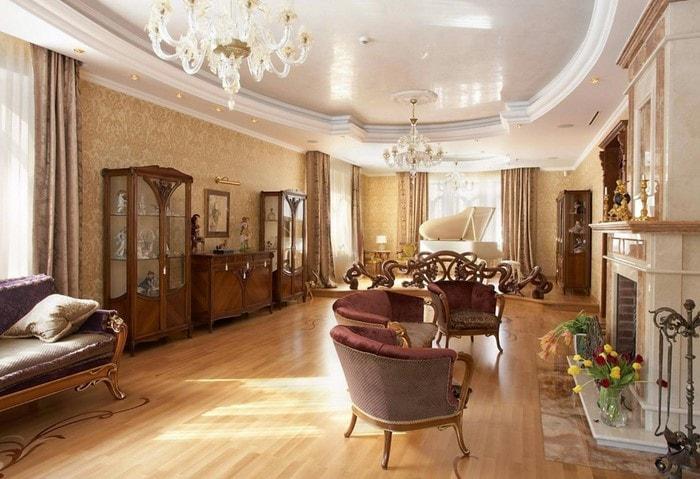 Классический дорогой ремонт зала, оформление дорогими породами дерева, винтажные шкафы, камин, классические хрустальные люстры