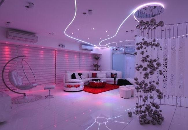 Футуристическая комната в фиолетовом цвете
