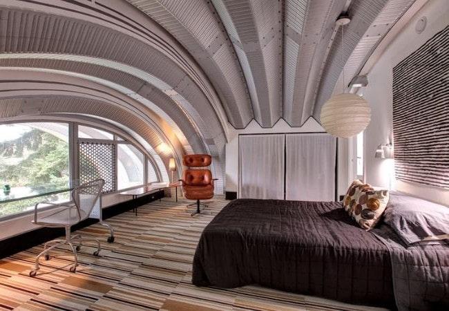 Сводчатый потолок, обитый металлом, в Футуризме