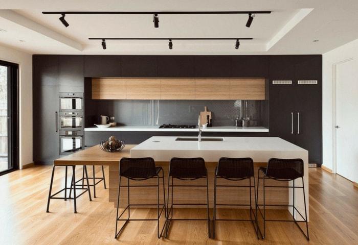 Кухня-столовая в современном стиле в естественных тёплых цветах с контрастными тёмными элементами