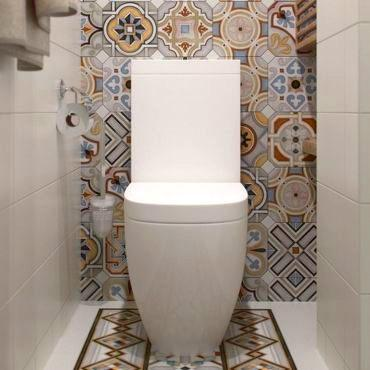 Квадратная кафельная плитка в туалете
