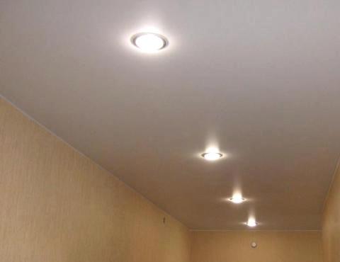 Натяжной потолок со светильниками в прихожей СПб