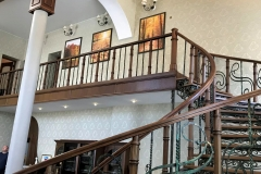 Дизайнерский ремонт личного дома в СПб, оформление лестницы