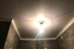 Дизайнерский ремонт ванной, тёмная настенная плитка