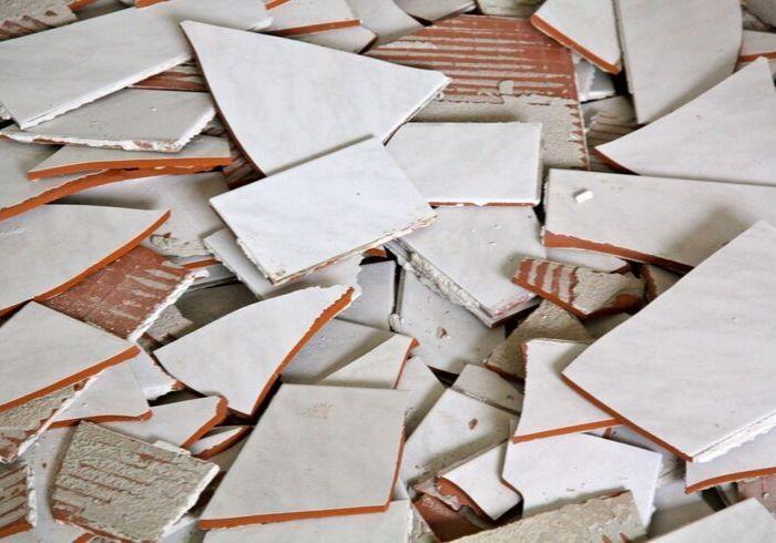 Осколки настенной кафельной плитки