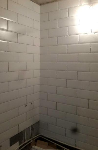 Дизайнерский ремонт ванной комнаты, белая плитка на стенах