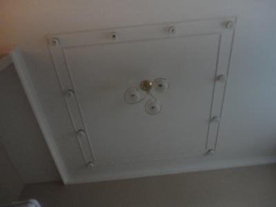 Дизайнерский ремонт комнаты, потолочная конструкция из гипрока со светильниками