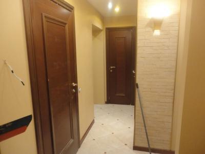 Дизайнерский ремонт коридора, декор стены под кирпич