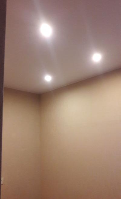 Ремонт комнаты эконом класса, оформление натяжного потолка со встроенными светильниками