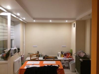 Ремонт комнаты класса комфорт, потолок из гипрока с подсветкой