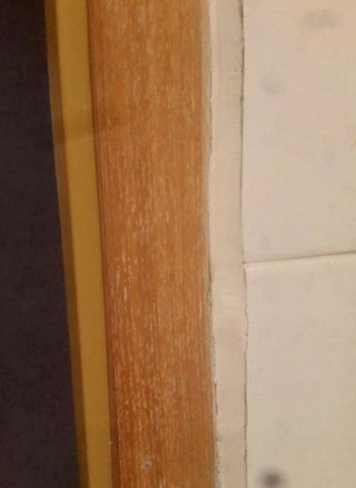 Криво порезанная плитка, криво замазанные кривые швы