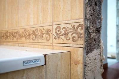Пример некачественной укладки настенной плитки в ванной