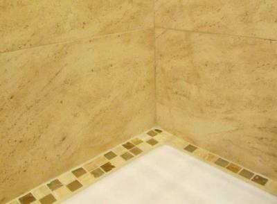 Неаккуратное оформление бордюра в ванной