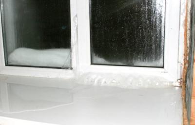 От промёрзших пластиковых окон широкий подоконник не спасёт