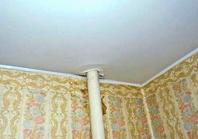 Даже натяжной потолок не гарантирует эстетики, если обход труб выполнен неправильно (или не выполнен совсем)