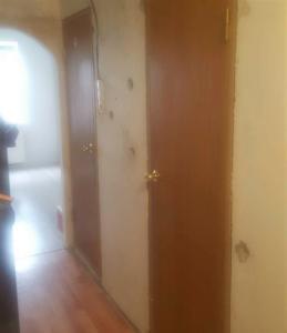 Коридор до ремонта, очищенные стены, старые межкомнатные двери