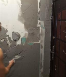 Коридор в процессе ремонта, шпатлевка и штукатурка стен