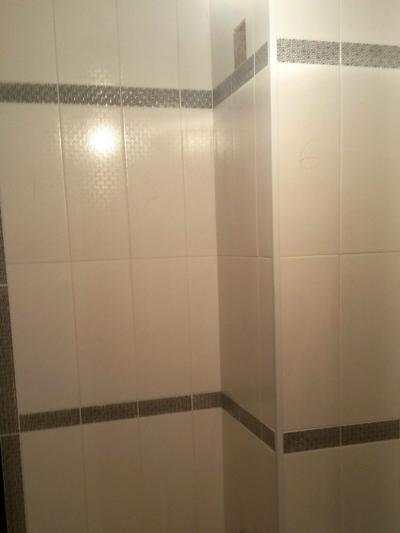 Ремонт в ванной под ключ, настенная плитка с подпилом углов и бордюром