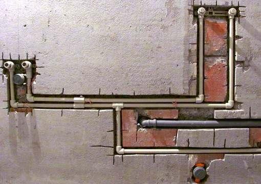 Последовательная укладка сантехнических труб СПб
