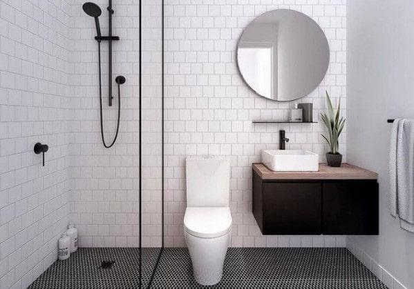 Белоснежная ванная комната с душем, отделённым стеклянной перегородкой