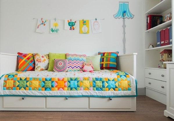 Уютная детская в сдержанных цветах, но с ярким и интересным декором