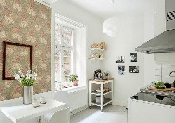 Светлая кухня после косметического ремонта