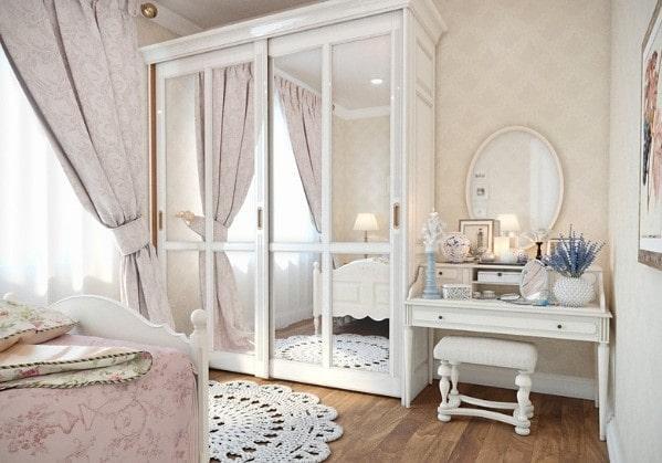 Светлая спальня в классическом стиле в 3 комнатной квартире