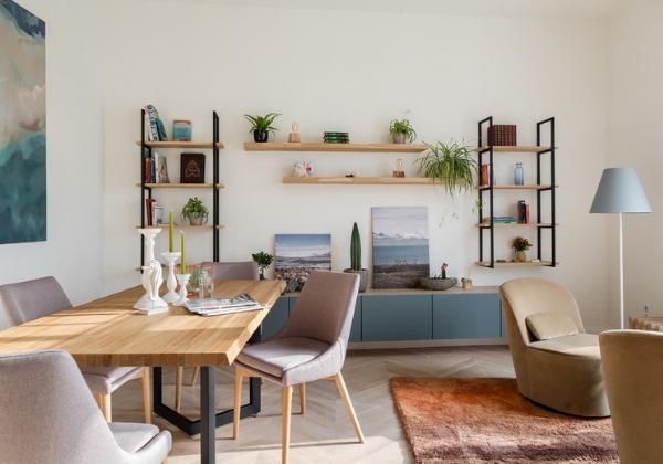 Уютная гостиная в светлых пастельных тонах в 4-комнатной квартире