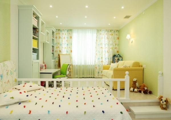 Нежно-лимонный ремонт детской для девочки, зона для занятий и игр здесь выведена на подиум
