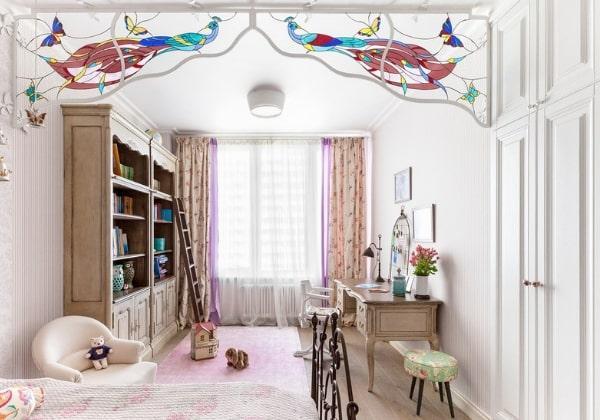 Интересный способ визуального разделения комнаты - витражные вставки на кованых элементах на потолке