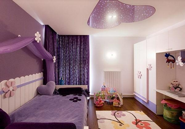 Светлый дизайн детской для девочки 4-ёх лет, нежно-фиалковый цвет помогает визуально зонировать помещение