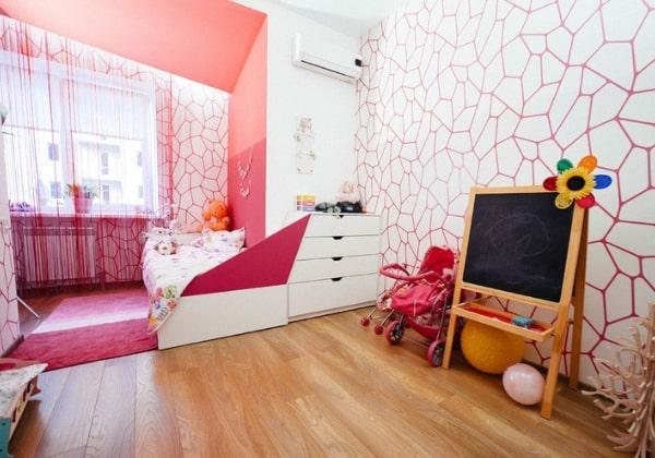 Светлый ремонт детской для девочки с яркими малиновыми элементами, с помощью цвета выполнено зонирование комнаты на зоны