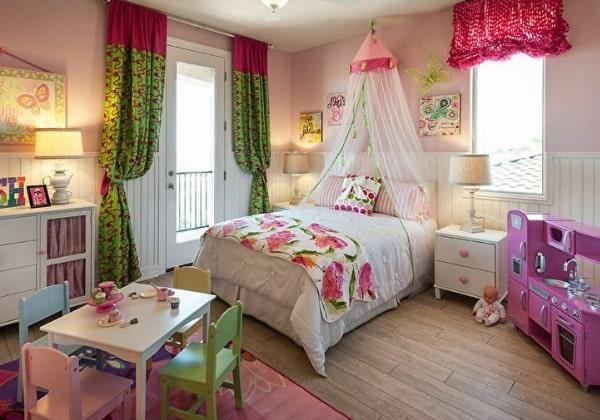 Уютная спальня для девочки в 4 года, кровать выделена балдахином, напоминает замок принцессы
