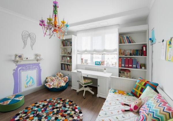 Светлый ремонт детской для девочки с яркими акцентами радужных цветов, пример отличной работы с цветом, базовый белый прекрасно сочетается с контрастными элементами