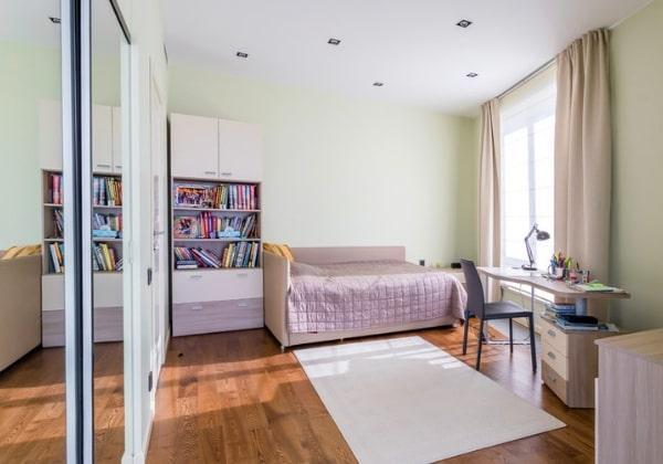 Уютная комната девочки в светлых зелёных цветах с нежными лавандовыми элементами