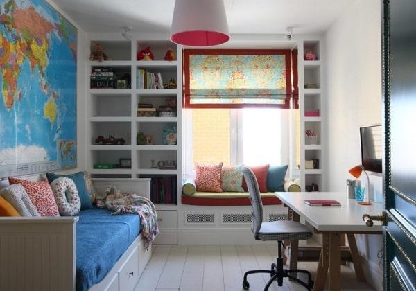 Светлый ремонт детской для мальчика, удобное зонирование, большая карта мира во всю стену за кроватью