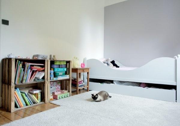 Низкие полки для книг и игрушек - отличная идея для детей младшего возраста, так он сможет сам обеспечивать собственный досуг