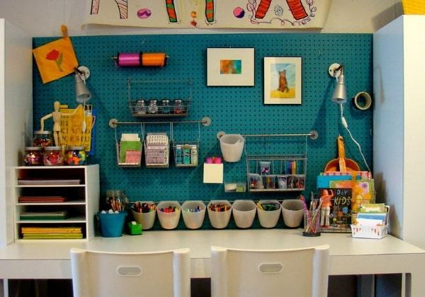 Оригинальное оформление творческого рабочего места для мальчишек, которые любят работать руками, собирать конструкторы и мастерить поделки