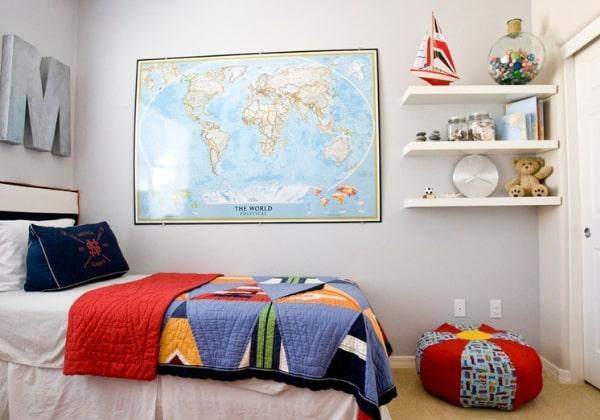 Ремонт детской комнаты для мальчика в светлых тонах с яркими элементами текстиля